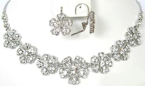 Au sujet des bijoux Savoir-faire technique. Une équipe de designers sans pareille crée une gamme de bijoux de mode pour offrir l'accessoire parfait en toute occasion.