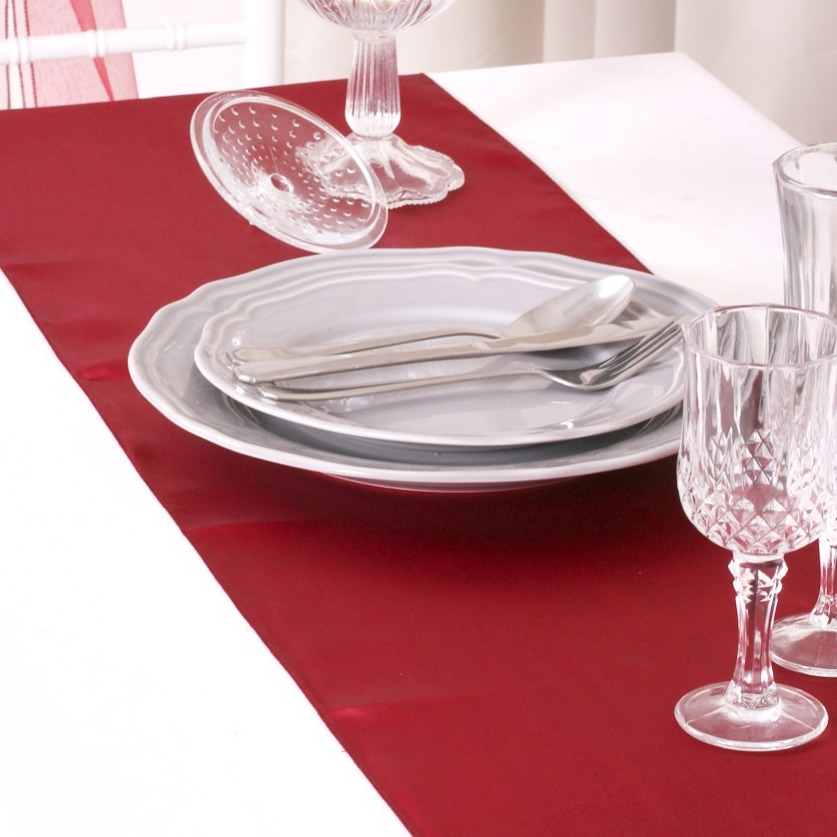 chemin de table mariage pas cher en satin bordeaux un. Black Bedroom Furniture Sets. Home Design Ideas