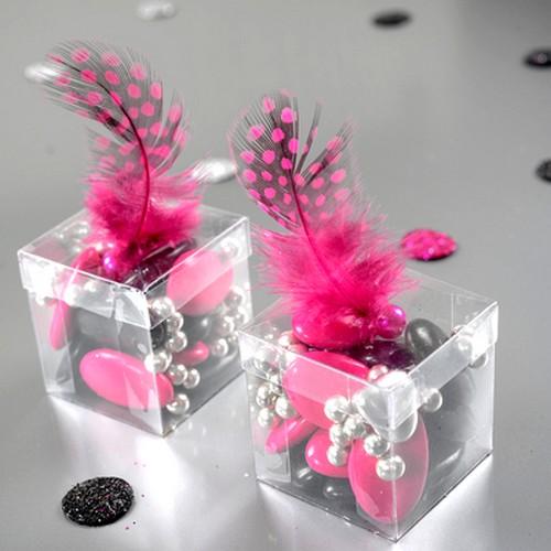 Décoration Mariage  illustration; Les Plumes de tables Fuchsia avec  perles, décoreront .