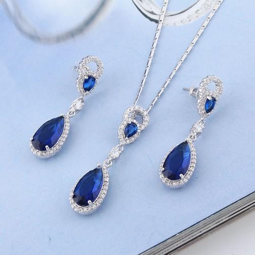Parure bijoux mariage composée de cristal clair .