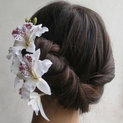 Coiffures de mariage pour les cheveux longs avec des orchidГ©es